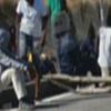 Migranti in strada a Sicignano per chiedere il trasferimento in un altro centro