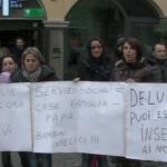 Ad attendere Monti sul Corso di Salerno anche alcuni occupanti delle case di Cappelle, in parte sgomberati ieri dal Comune