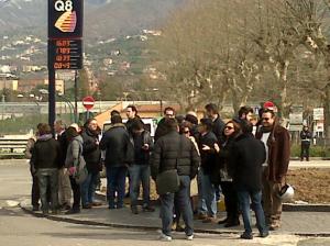 Cittadini e commercianti insieme, a Cava, per protestare contro la chiusura dell'ex statale 18
